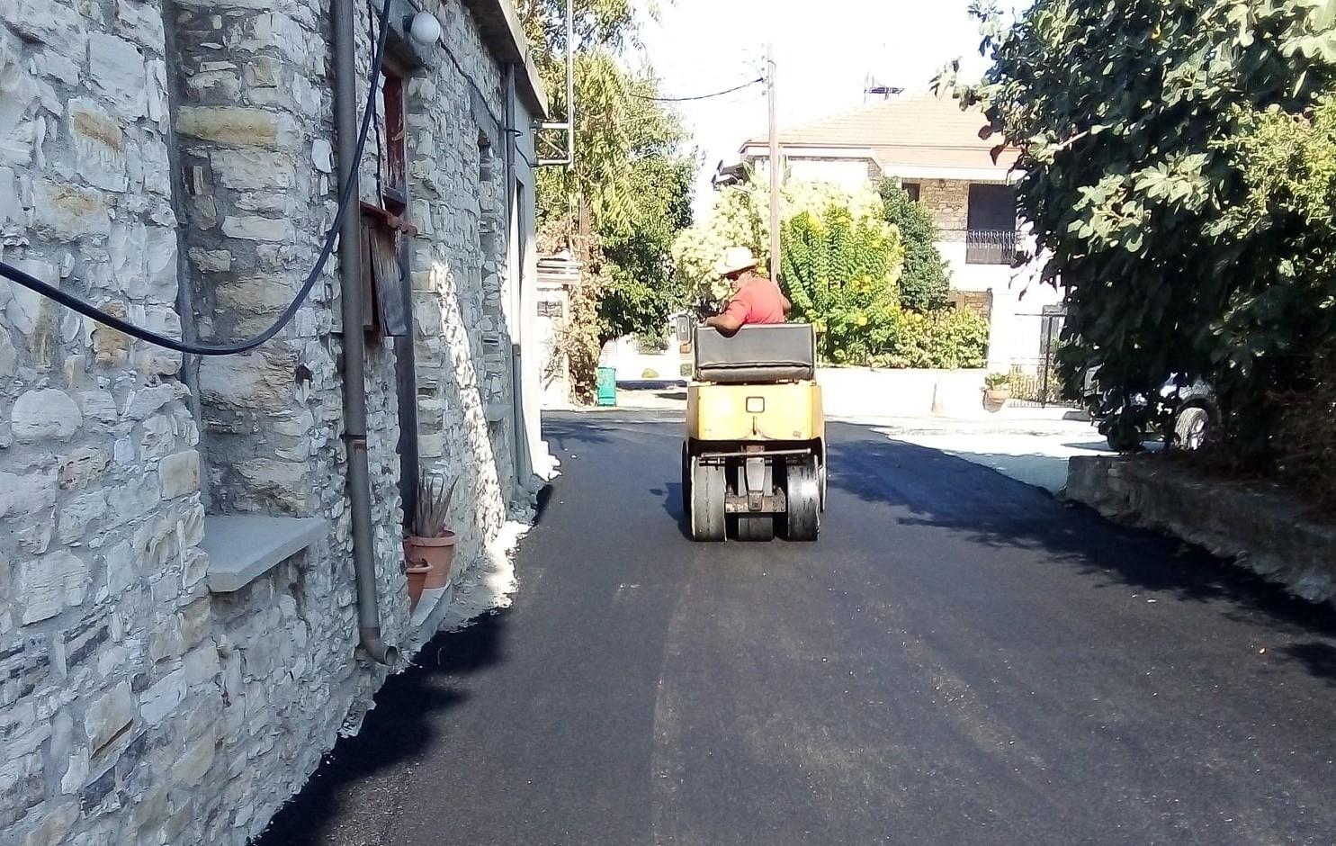 Ο Δήμος Λευκάρων συνεχίζει τις ασφαλτοστρώσεις σε δρόμους του δήμου του (φώτο)
