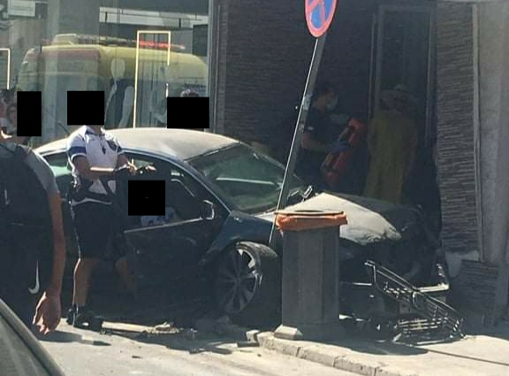 Λάρνακα: Όχημα προσέκρουσε σε βιτρίνα καταστήματος τραυματίζοντας πεζό