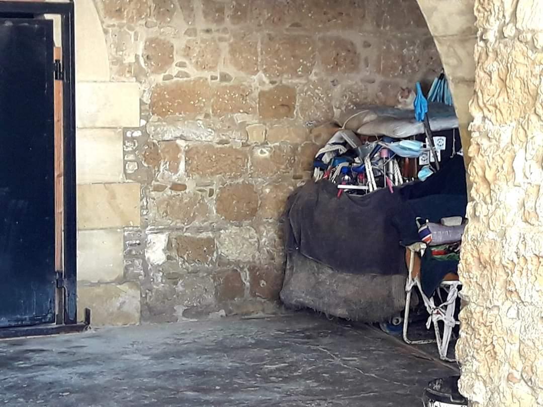 Η κ. Αγγέλα η γιαγιά με τους παπαγάλους που κοιμάται στο τζαμί των Φοινικούδων