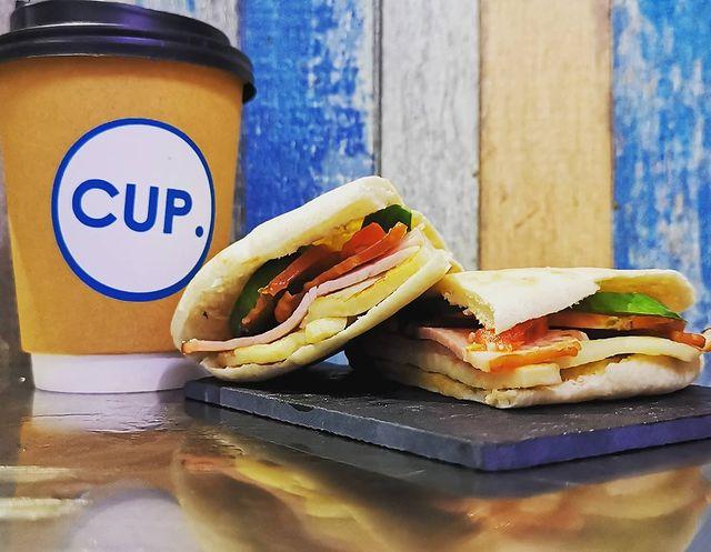 Το CUP.cafe σου φτιάχνει πίττα με χαλούμι και λούντζα και ζεστό καφέ για ένα τέλειο πρωινό