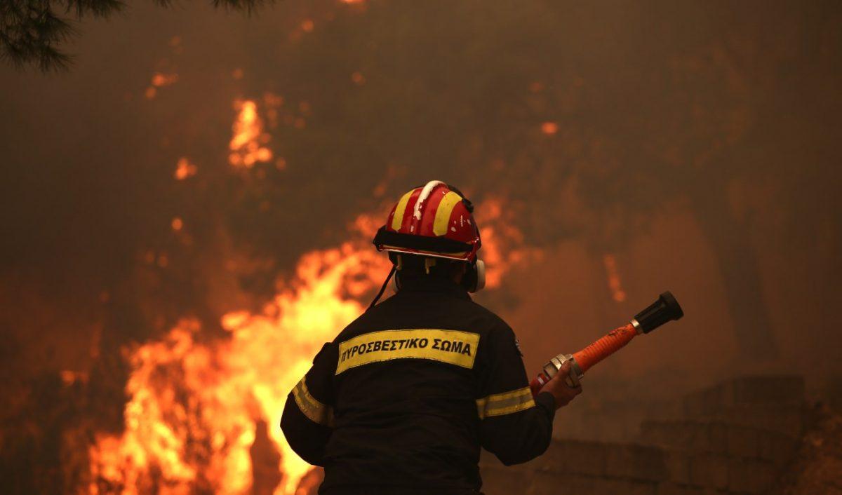 Τυλίχθηκαν στις φλόγες οχήματα στη Λάρνακα (ΦΩΤΟ)