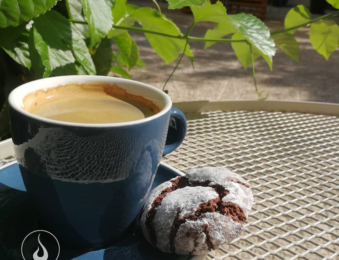 Για καφέ και γλυκό σε μια φιλόξενη αυλή της πόλης