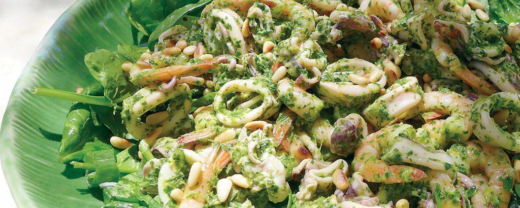 Σαλάτα με καλαμάρια, γαρίδες και πέστο δυόσμου