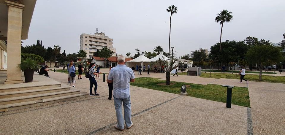 Ουρές και ταλαιπωρία σήμερα στο σημείο δειγματοληψίας εργαζομένων που βρίσκεται στο Δημοτικό Θέατρο Λάρνακας