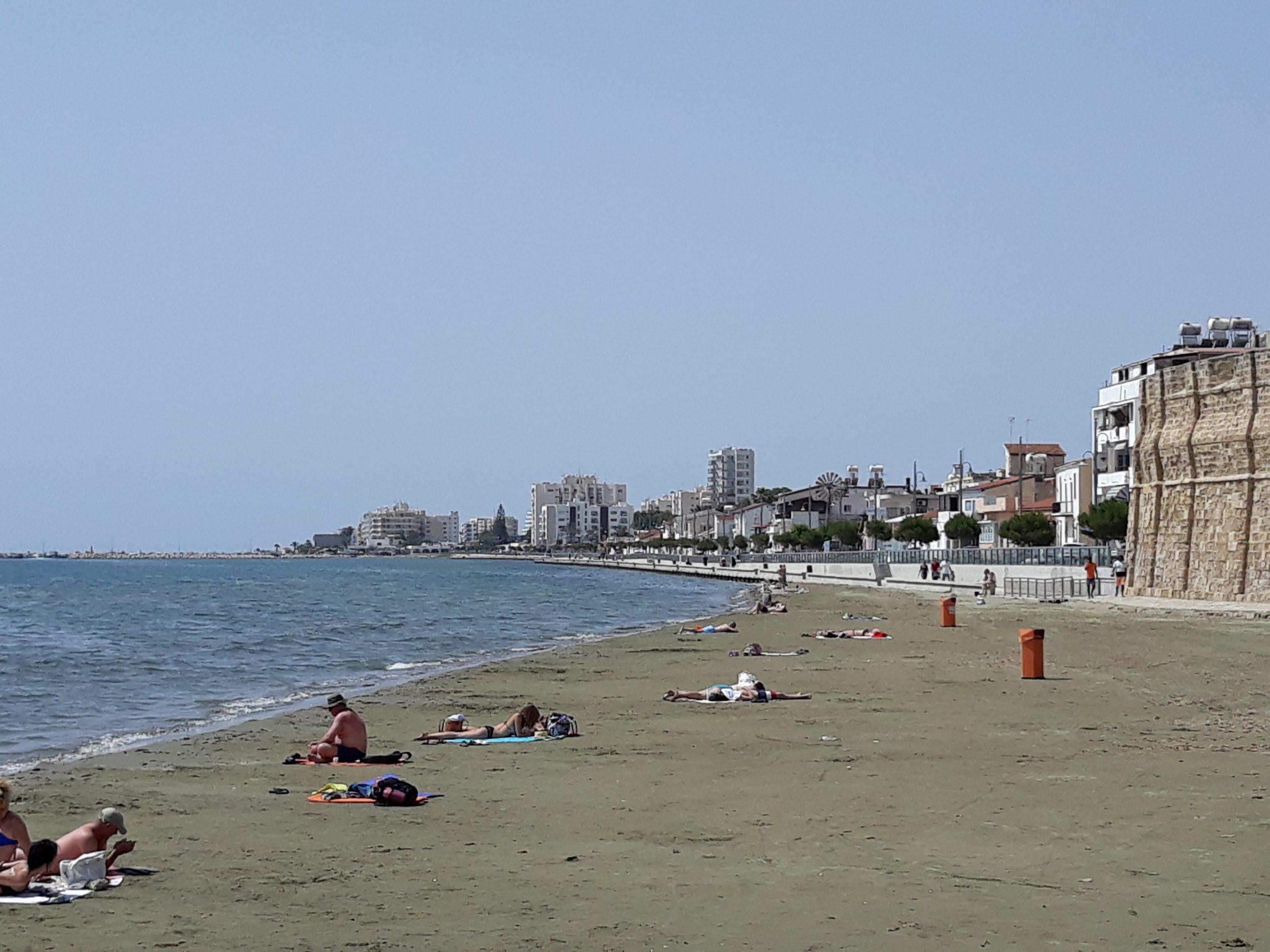 Ο «μίνι» καύσωνας έστειλε τους Κύπριους στις παραλίες (φώτο)