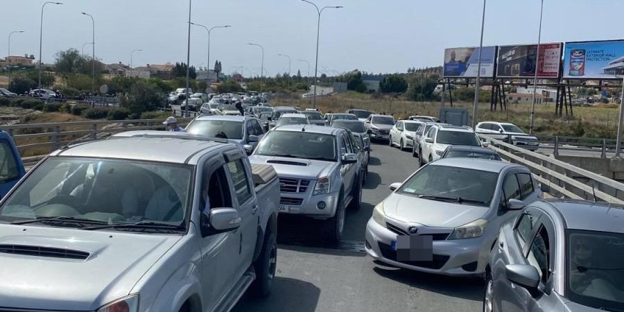 Κυκλοφοριακό «έμφραγμα» στη Ριζοελιά λόγω διαδήλωσης για τα ασφαλτικά (ΦΩΤΟ)