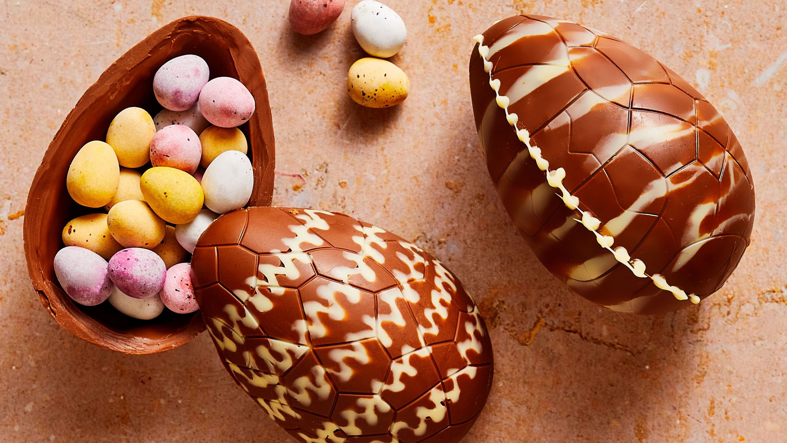 hollow-chocolate-easter-egg-520741-hero-02-1a6923fb61204a458c63e70bcf3021ac