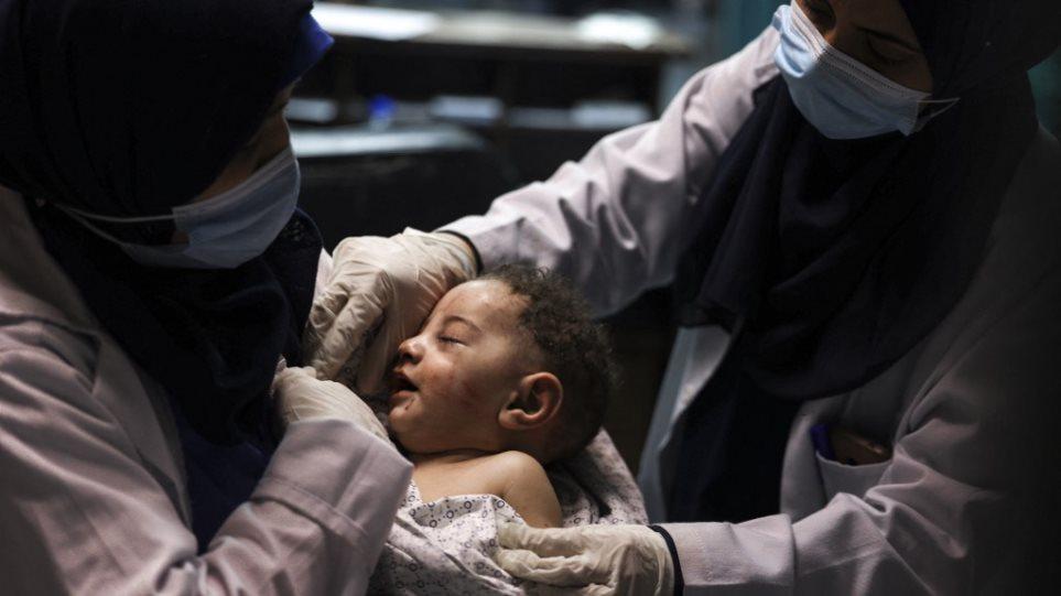 Γάζα: Μωρό ανασύρθηκε από ερείπια μετά από βομβαρδισμό – Σκοτώθηκαν 10 μέλη της οικογένειάς του