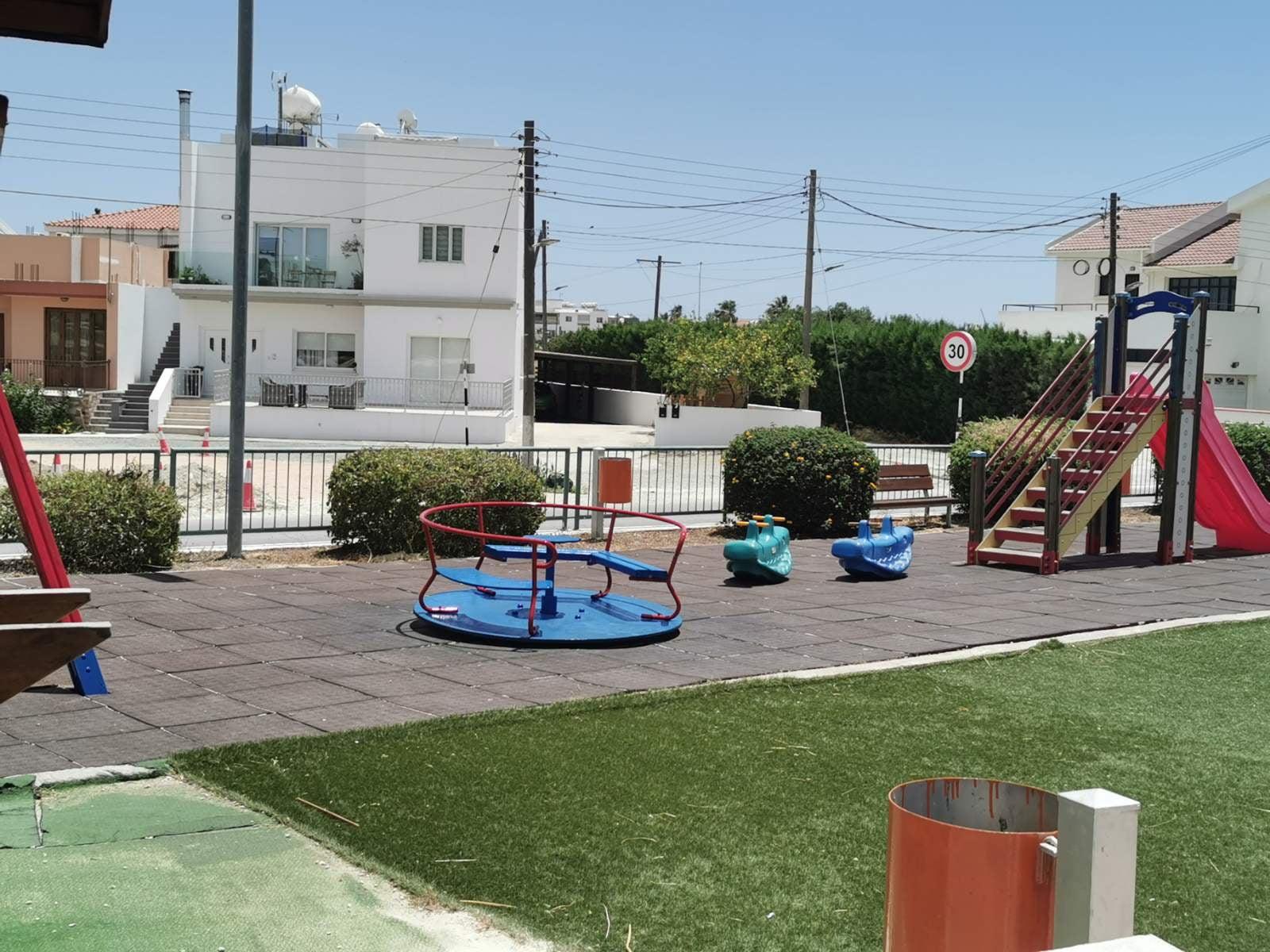 Άρχισε η συντήρηση των παιχνιδιών στα πάρκα στο Δήμο Λιβαδιών (φώτο)