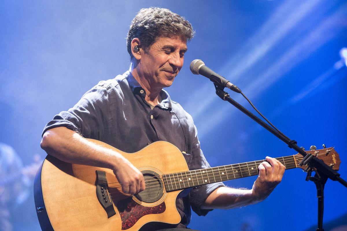 Ο Σωκράτης Μάλαμας σε μια καλοκαιρινή συναυλία στην Κύπρο