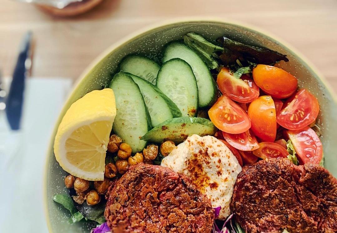 Ξέρουμε που θα βρεις μια δροσιστική σαλάτα με vegan burger