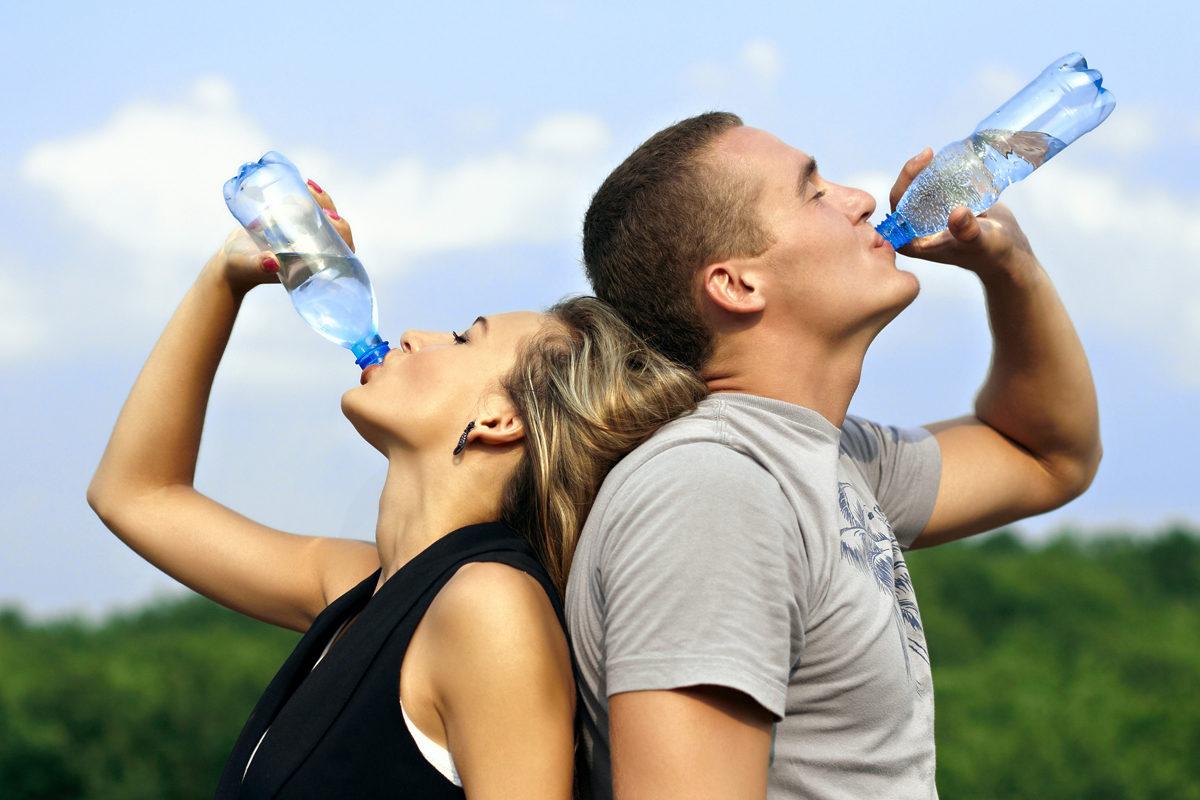 Το κόλπο που μας δείχνει πόσο νερό πρέπει να πίνουμε την ημέρα