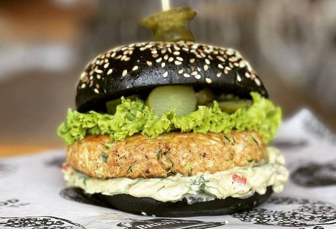 Μία κουζίνα στη Λάρνακα σερβίρει salmon burger και πρέπει να το δοκιμάσεις