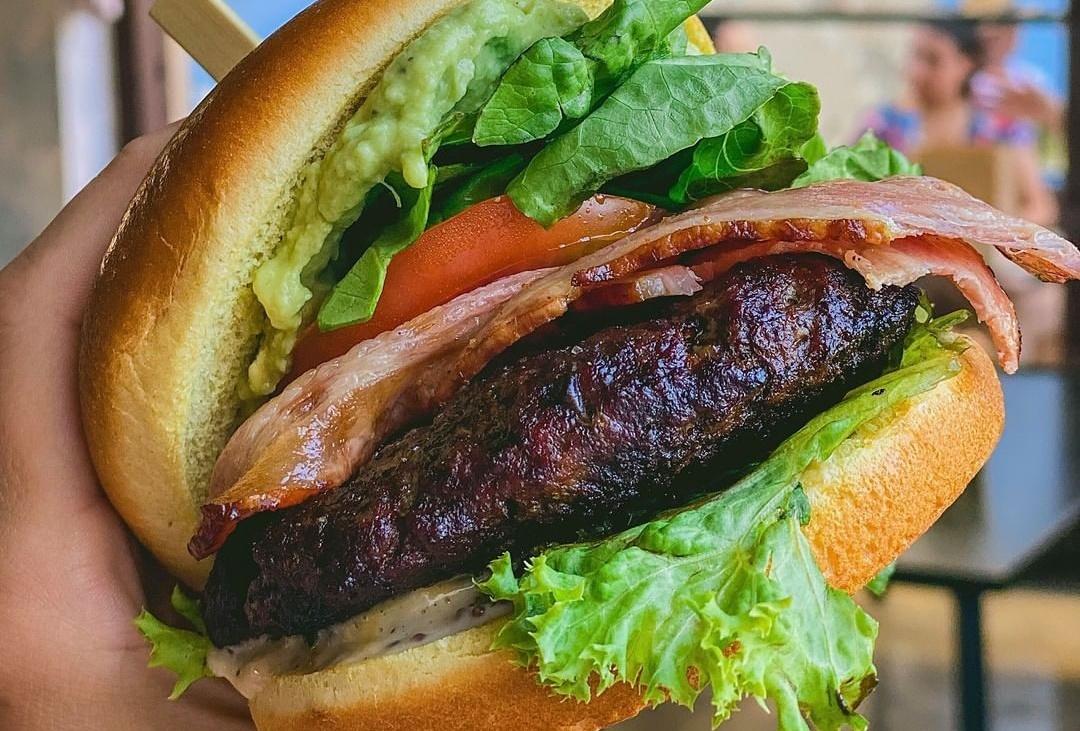 Ξέρουμε που θα βρεις στη Λάρνακα αυτό το burger με bacon και avocado