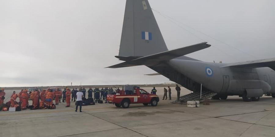 Αεροδρόμιο Λάρνακας: Αναχωρεί αποστολή πυροσβεστών από την Κύπρο για την Ελλάδα (Φώτο)