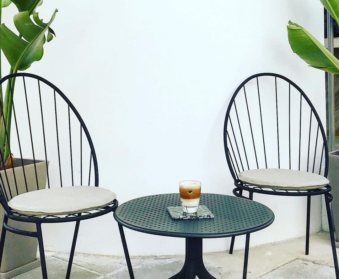Ένα minimal coffee shop στο κέντρο της πόλης σε περιμένει να το ανακαλύψεις