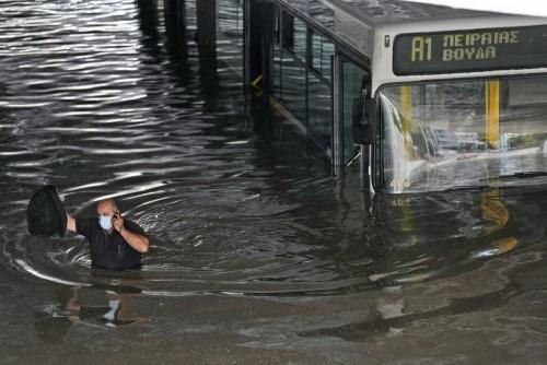 Κακοκαιρία «Μπάλλος»: Λεωφορείο κόλλησε κάτω από πλημμυρισμένη γέφυρα (ΦΩΤΟ)