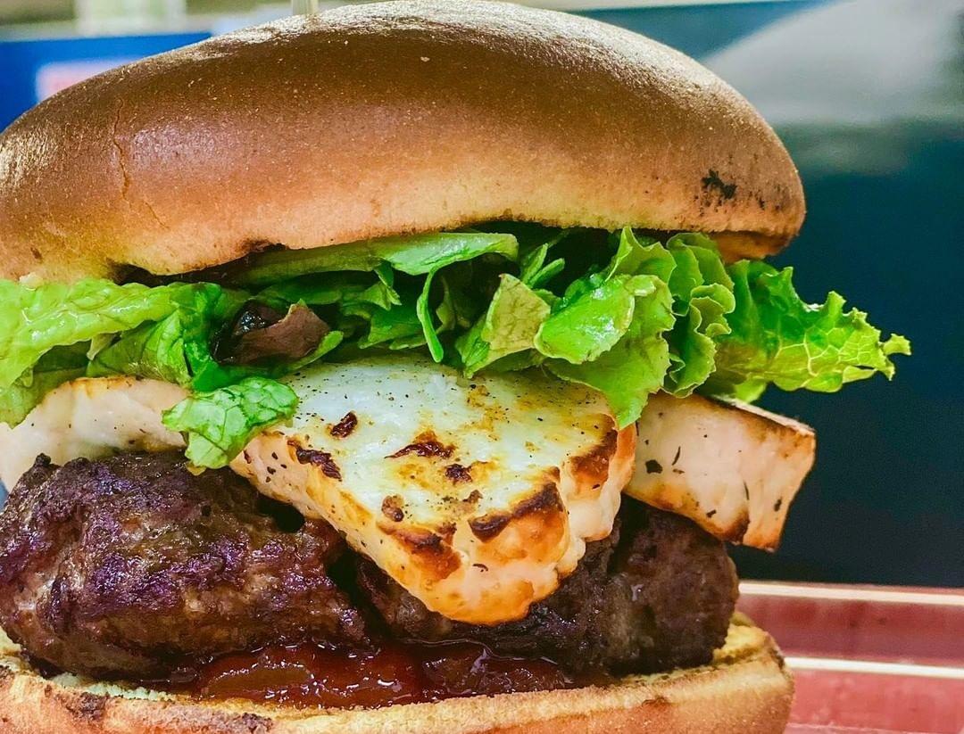 Ξέρουμε που θα βρεις στη Λάρνακα αυτό το burger με χαλούμι